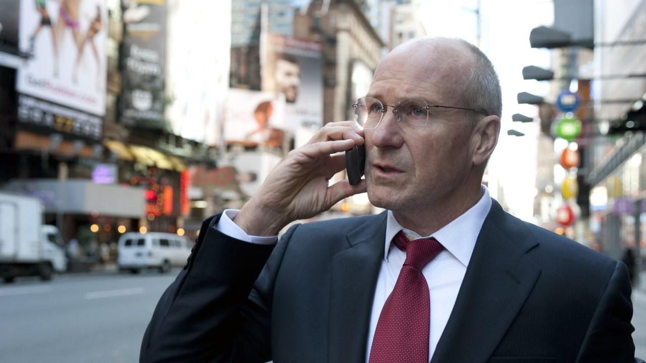 Mężczyzna w garniturze, który dzwoni przez telefon