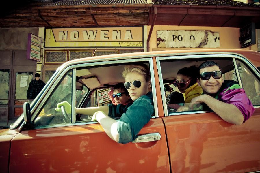 Młodzieńcy parkujący samochód