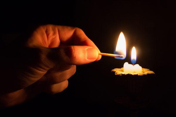 Świeczka podpalana zapałką