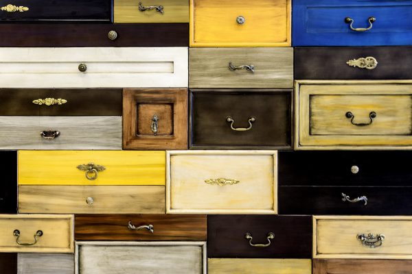 Szuflady w różnych kolorach i wielkościach