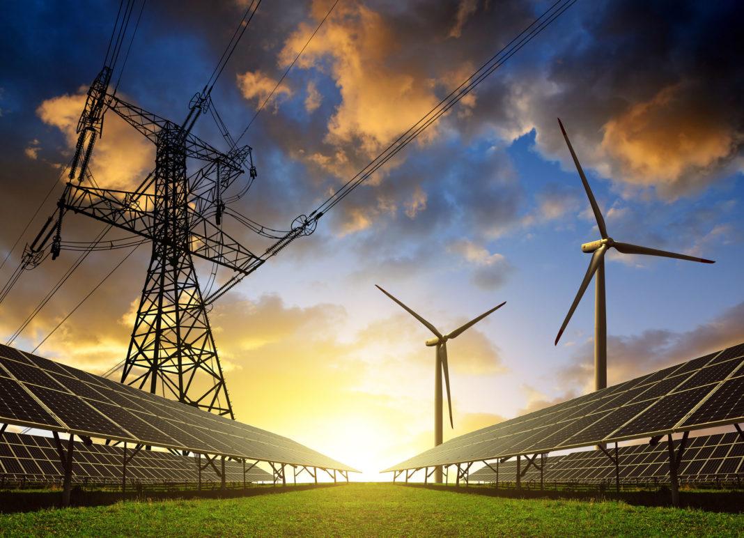 Energia odnawialna na tle zachodzącego słońca