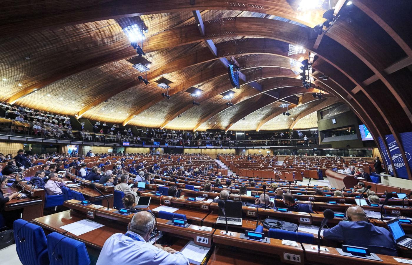 Obraz przedstawia ogromną salę