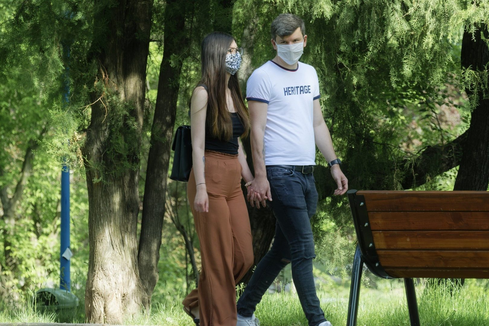 Para spacerująca po parku w czasie pandemii