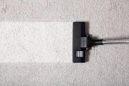 Odkurzacz na dywanie w pomieszczeniu