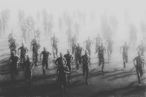 Szare postacie biegnące w stronę widza
