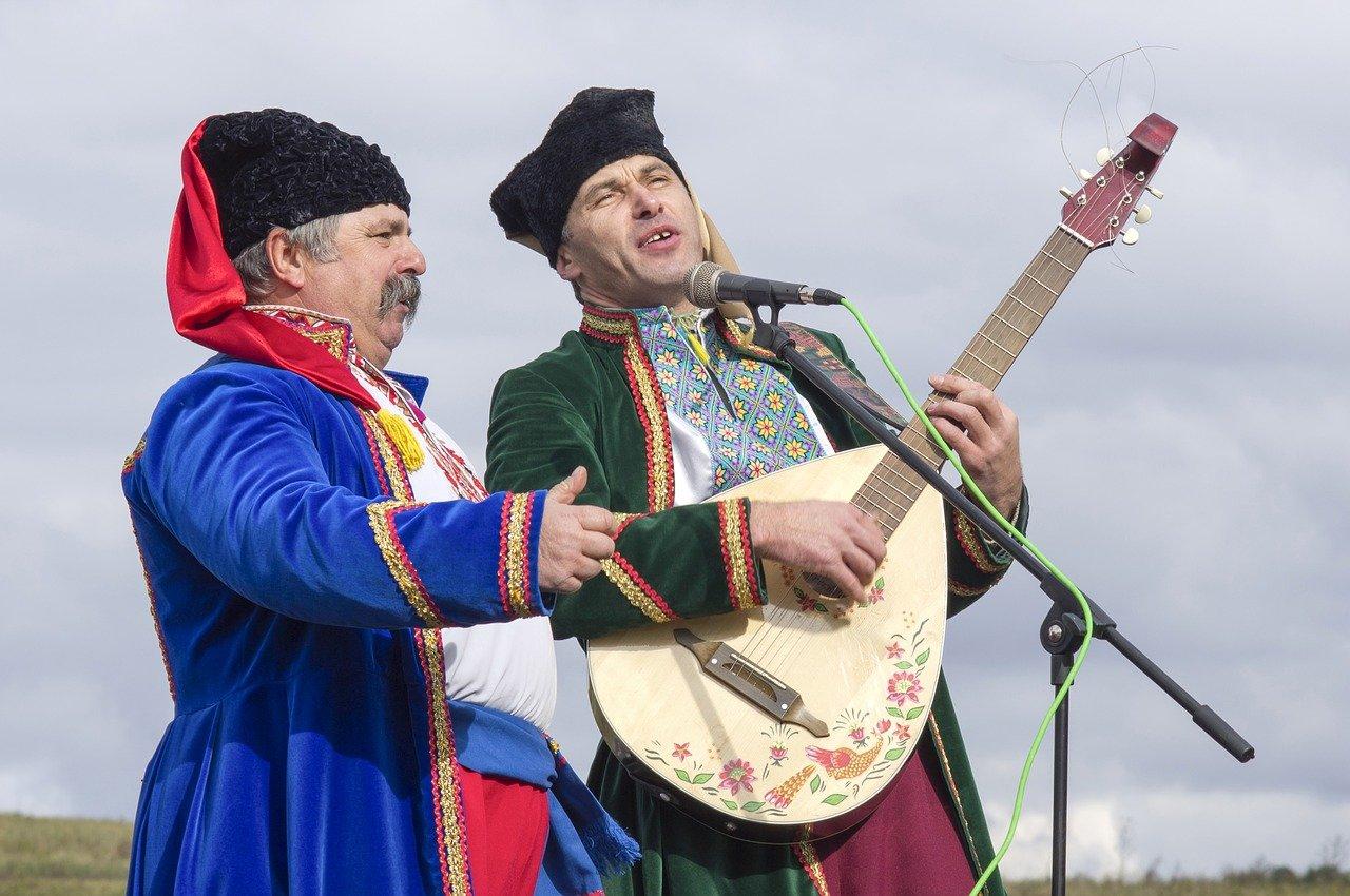 Dwóch Ukraińców w średnim wieku śpiewających tradycyjne pieśni