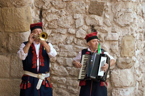 Dwóch mężczyzn grających na instrumentach