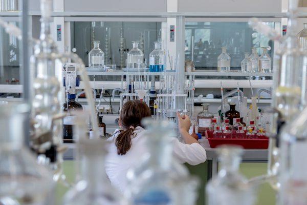 Obraz przedstawia kobietę w laboratorium