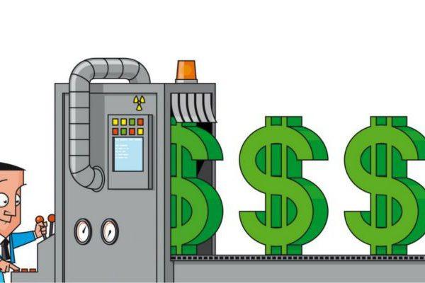 Mężczyzna produkujący pieniądze na maszynie