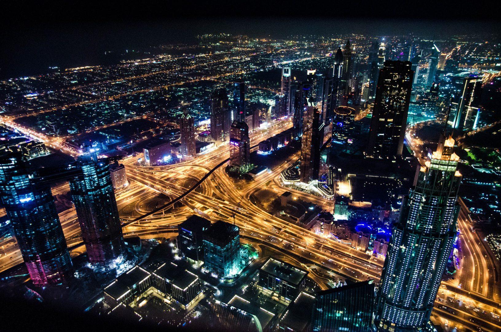 Obraz przedstawia miasto nocą
