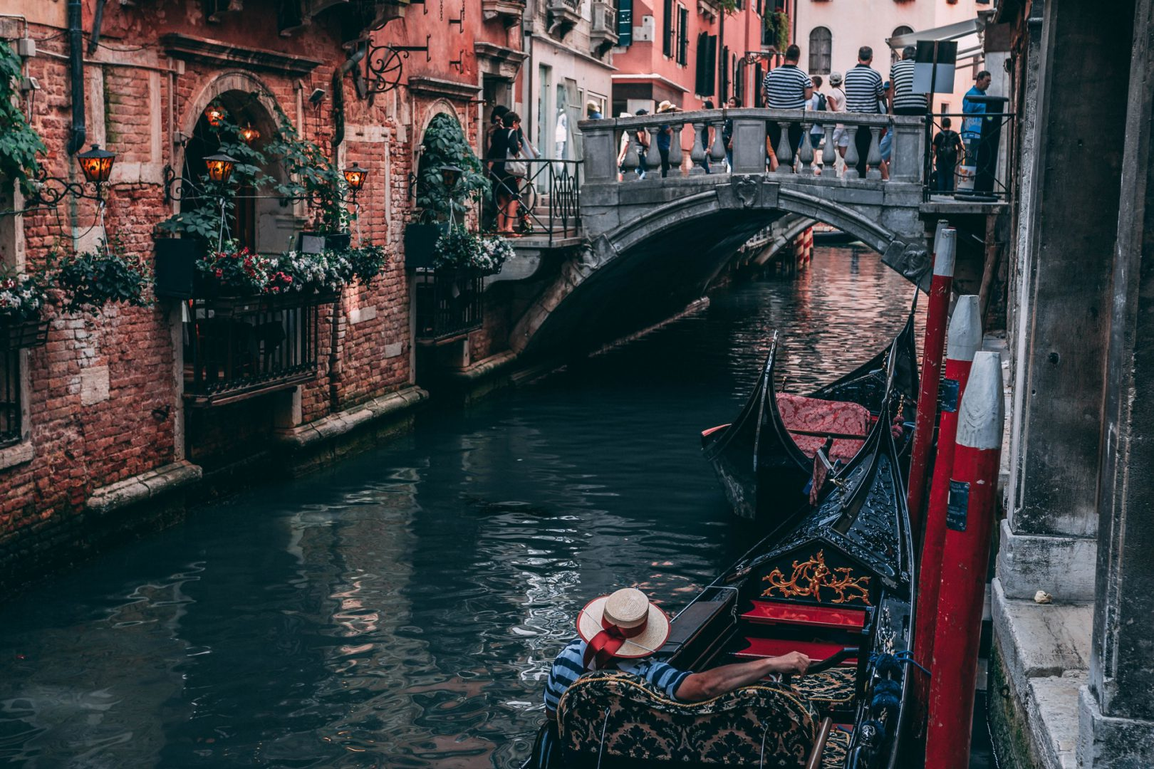 Mężczyzna w łodzi podróżuje przez Wenecję