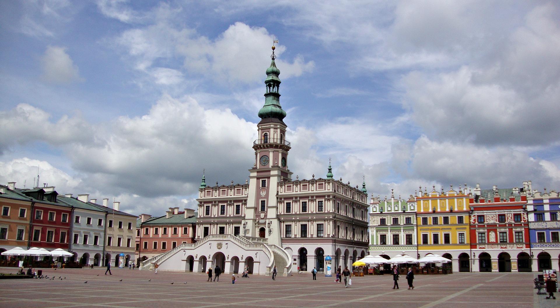 Obraz przedstawia Stary Rynek w Zamościu