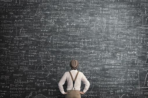 Mężczyzna myślący jak rozwiązać problem
