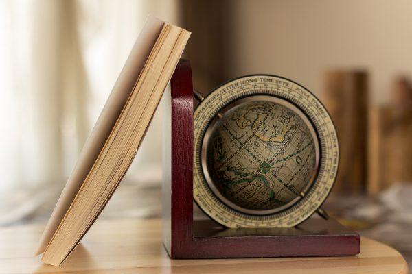 Olimpiada Geograficzna na przykładzie atlasu i globusa, które przydają się podczas przygotowań,