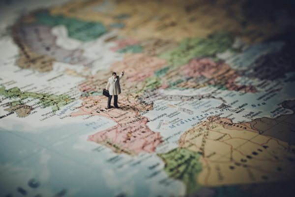Olimpiada Geograficzna na przykładzie mapy Europy z maleńkim człowiekiem