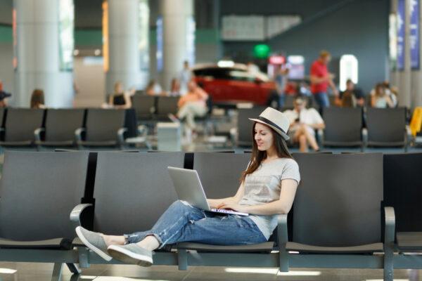 Praca w wakacje na przykładzie kobiety z laptopem na lotnisku